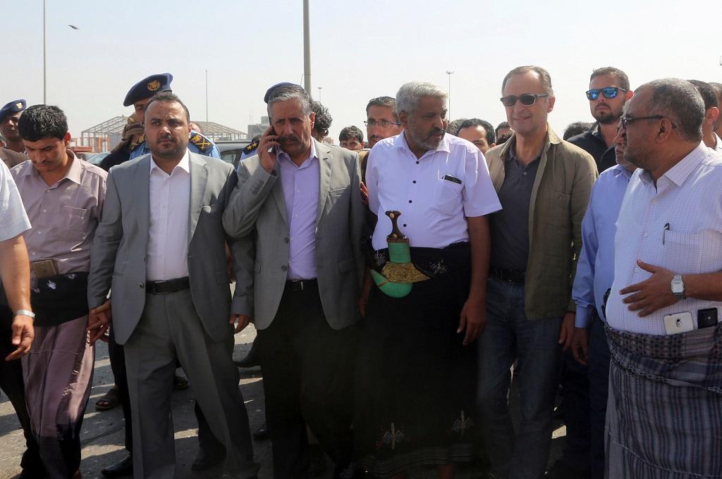 Patrick Cammaert, jenderal purnawirawan asal Belanda (dua kanan), berada di Hudaidah, Yaman, 24 Desember 2018. (Foto: AFP/STR)