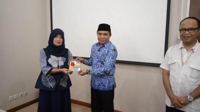 Kepala Pusat Pembinaan Badan Pengembangan dan Pembinaan Bahasa Kemendikbud, Gufron Ali Ibrahim (tengah) saat menyerahkan master KBBI Braille di Jakarta, Medcom.id/Intan Yunelia.