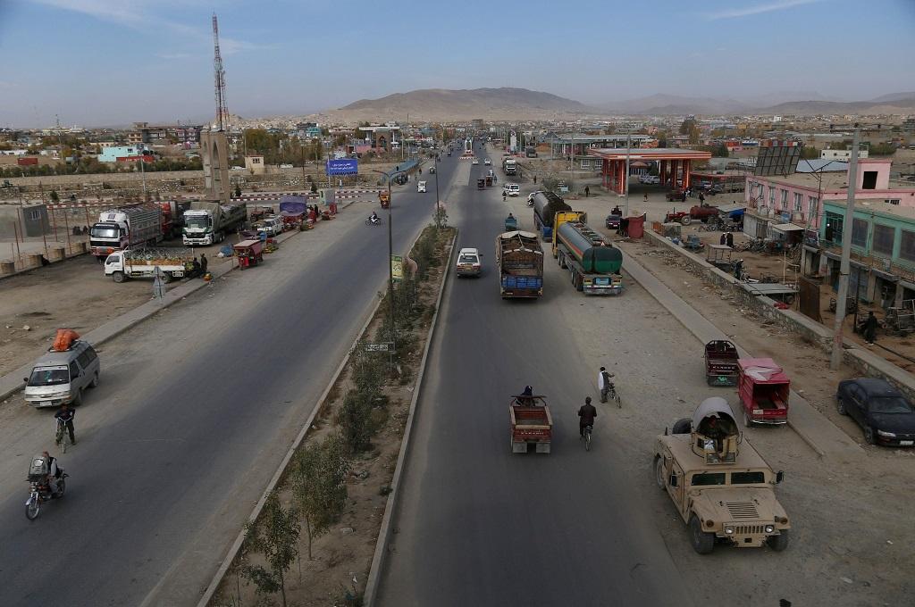 Aktivitas masyarakat di jalan raya penghubung Ghazni dengan Kabul, Afghanistan, 29 Oktober 2018. (Foto: AFP/ZAKERIA HASHIMI)