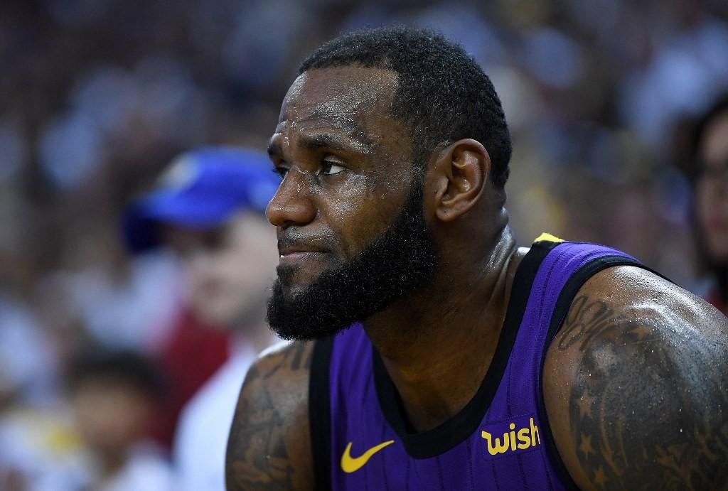 LeBron James hanya bisa melihat rekan-rekannya dari bangku cadangan akibat diterpa cedera (AFP/Thearon W. Henderson)