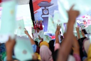 Jokowi Bagikan 4 Ribu Sertifikat Tanah di Bogor