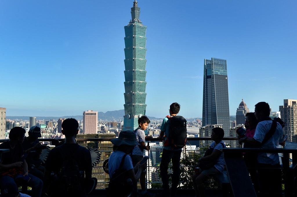 Orang-orang berkumpul di salah satu titik untuk menikmati pemandangan di kota Taipei, Taiwan. (Foto: AFP/CHRIS STOWERS)