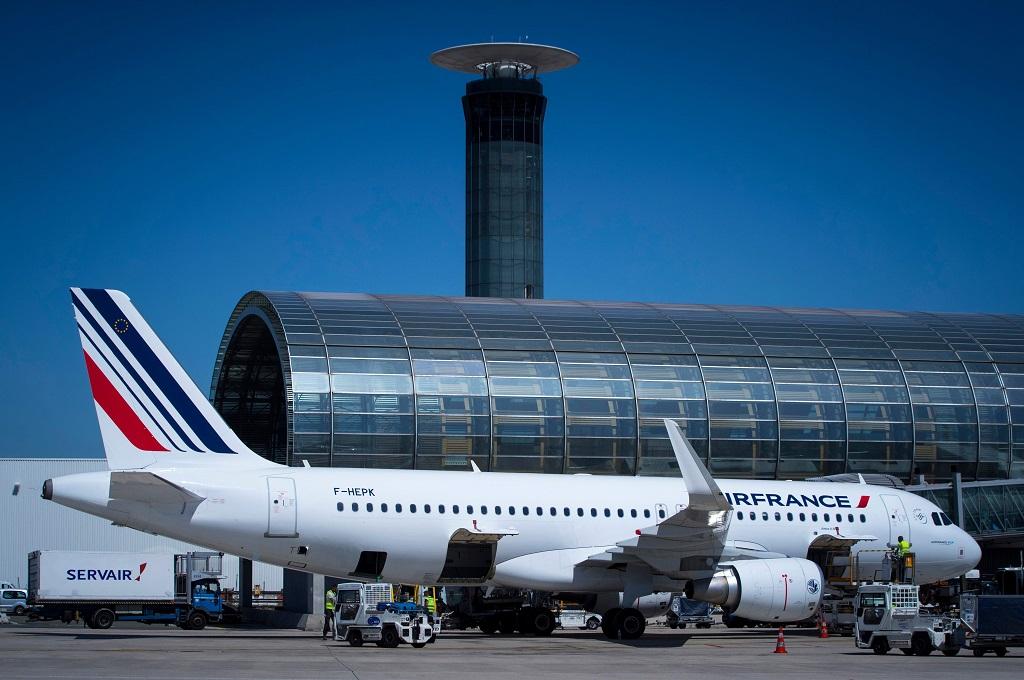 Sebuah pesawat terparkir di Bandara Roissy-Charles de Gaulle di Paris, Prancis, 6 Agustus 2018. (Foto: AFP/JOEL SAGET)