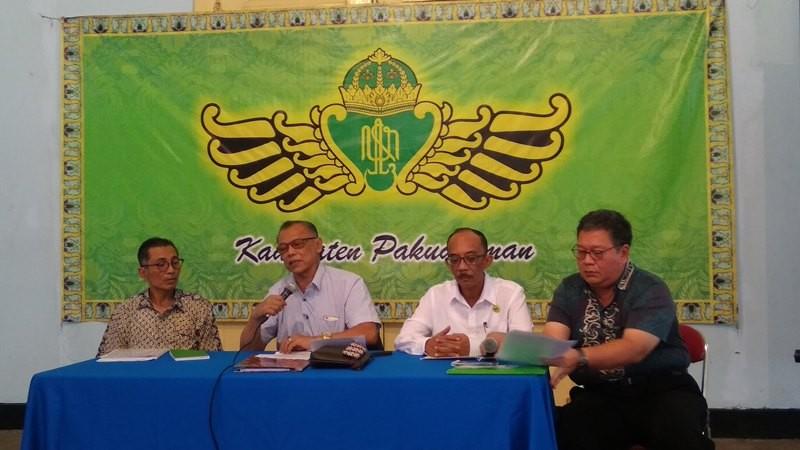 Ketua Panitia Dhaup Ageng Pura Pakualaman, Kanjeng Pangeran Haryo (KPH) Indrokusumo (kedua dari kiri) di Kompleks Pura Pakualaman Yogyakarta, Rabu, 26 Desember 2018. Medcom.id-Ahmad Mustaqim.