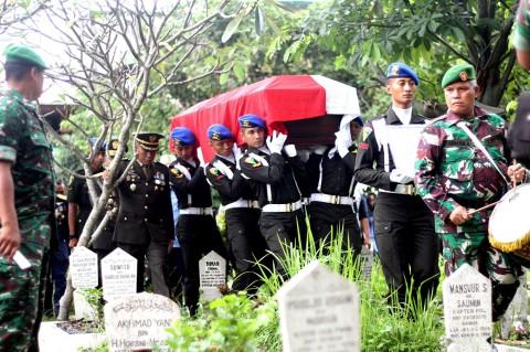 Anggota TNI Korban Penembakan di Jatinegara Dimakamkan