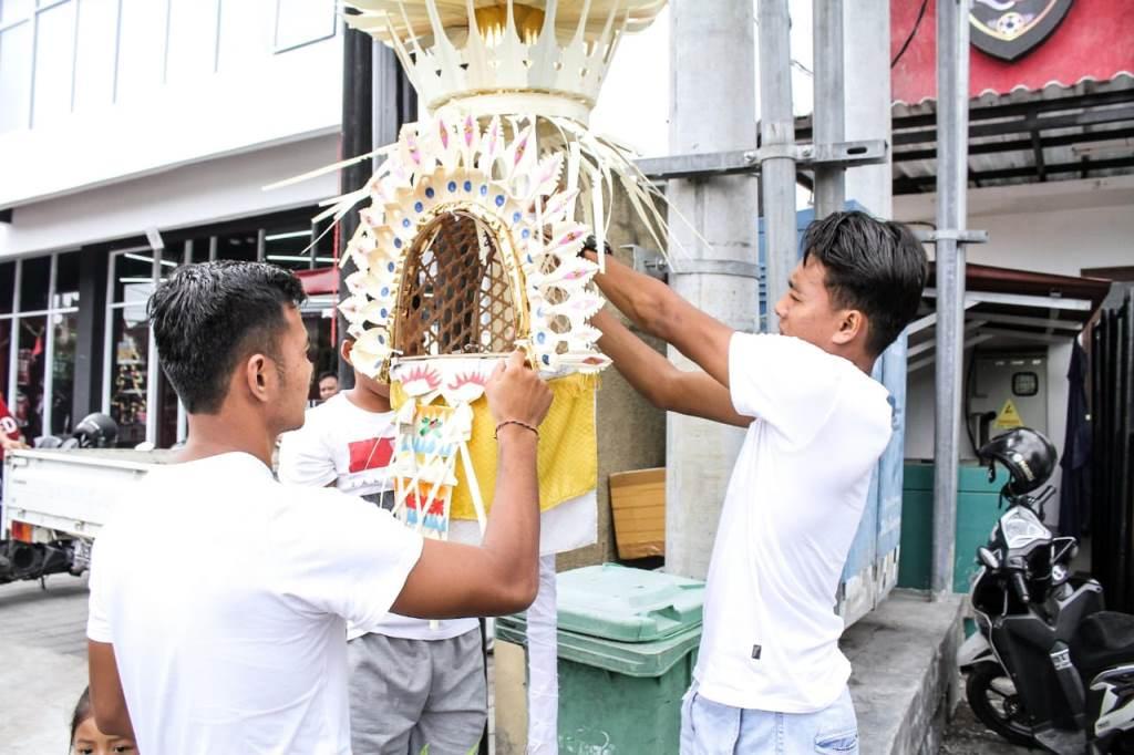 Pemain Bali United merayakan Galungan dengan membuat penjor (baliutd.com)