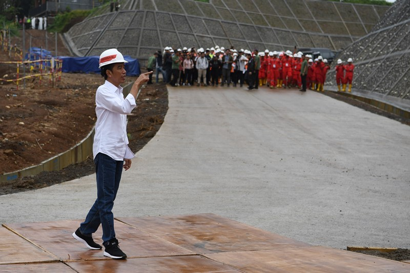 Presiden Joko Widodo meninjau pembangunan Bendungan Ciawi di Kabupaten Bogor, Jawa Barat, Rabu (26/12/2018). ANTARA FOTO/Wahyu Putro A.