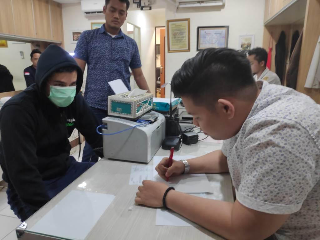 Artis Steve Emmanuel saat menjalani pemeriksaan di Mapolres Jakarta Barat. Foto: Dokumen istimewa.
