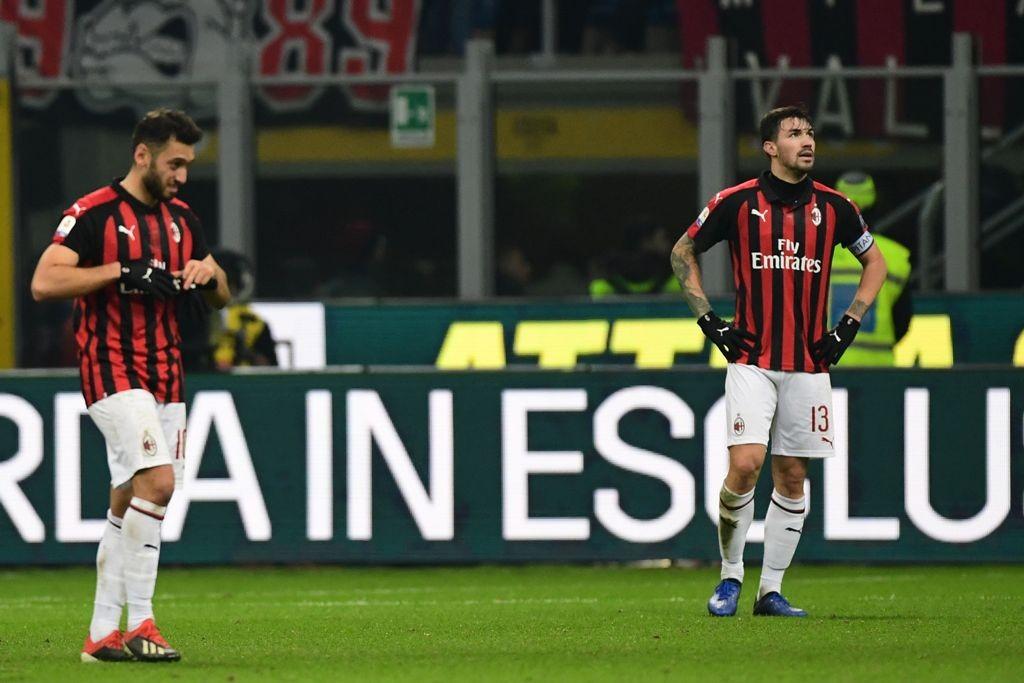 Ekspresi Hakan Calhanoglu (kiri) dan Alessio Romagnoli saat Milan ditaklukkan Fiorentina di Serie A (Foto: Miguel MEDINA / AFP)