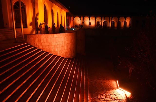 Qasre Malake (Istana Ratu) bersimbah cahaya oranye dalam malam puncak peringatan Hari Anti Kekerasan Terhadap Perempuan, (10/122018). Afghanistan dikenal sebagai negara dengan tingkat kekerasan terhadap perempuan yang cukup tinggi. AFP Photo/Wakil Koshar