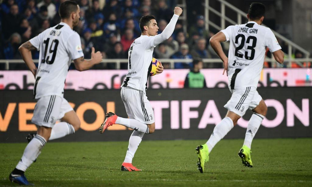 Cristiano Ronaldo merayakan gol penyama kedudukan ke gawang Atalanta bersama rekan-rekannya (AFP/Marco Bertorello)