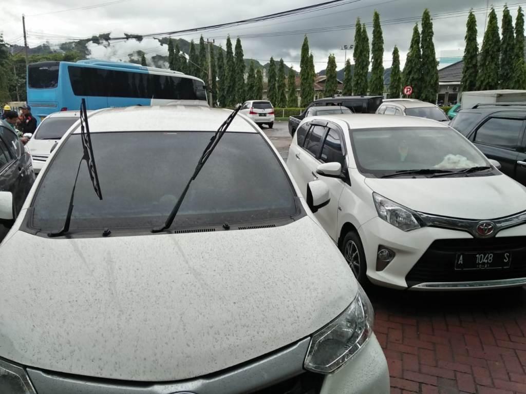 Sejumlah kendaraan terkena material abu vulkanik dari Gunung Anak Krakatu. Foto: Dokumen BNPB.