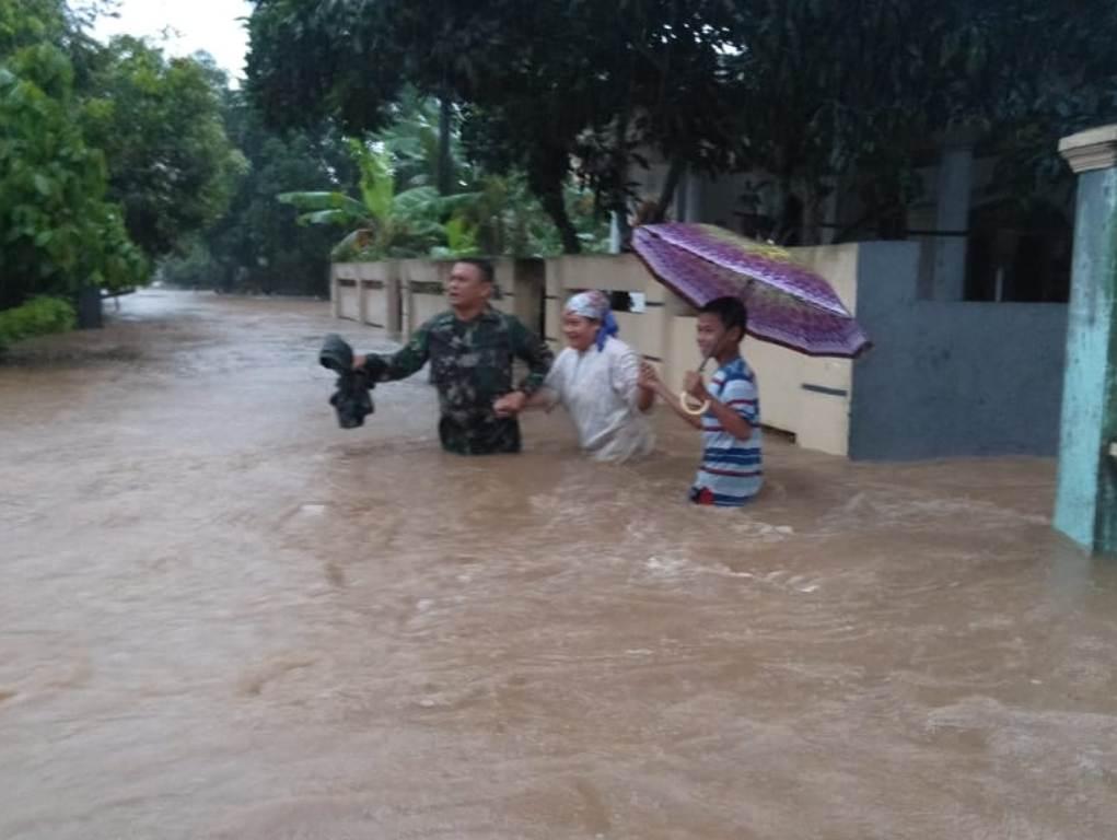Petugas TNI mengevakuasi warga Kabupaten Serang yang terjebak banjir. Foto: Dokumen BNPB.