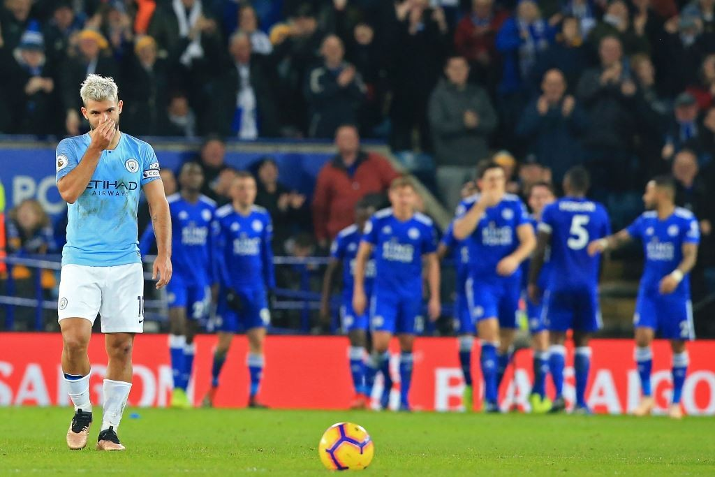 Penggawa Manchester City, Sergio Aguero, tampak kurang senang ketika gawang timnya dibobol Leicester City. (Lindsey PARNABY / AFP)