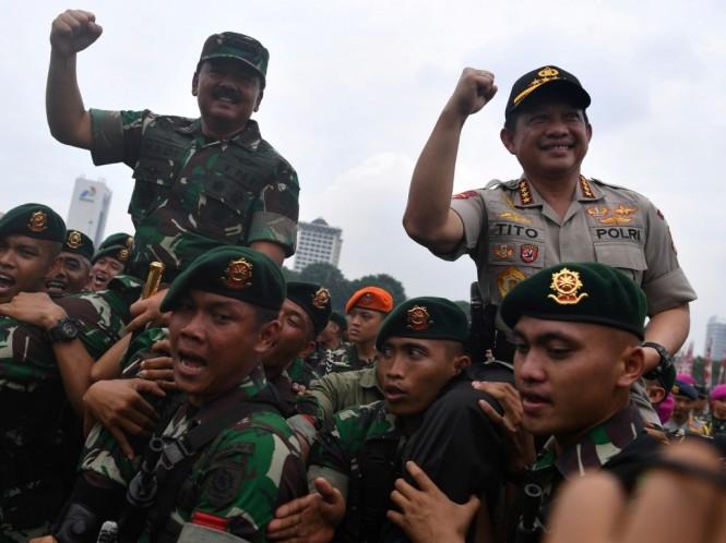 Panglima TNI Marsekal TNI Hadi Tjahjanto (kiri) dan Kapolri Jenderal Pol Tito Karnavian (kanan) dipanggul prajurit Kostrad TNI AD. Foto: Antara/Sigid Kurniawan.