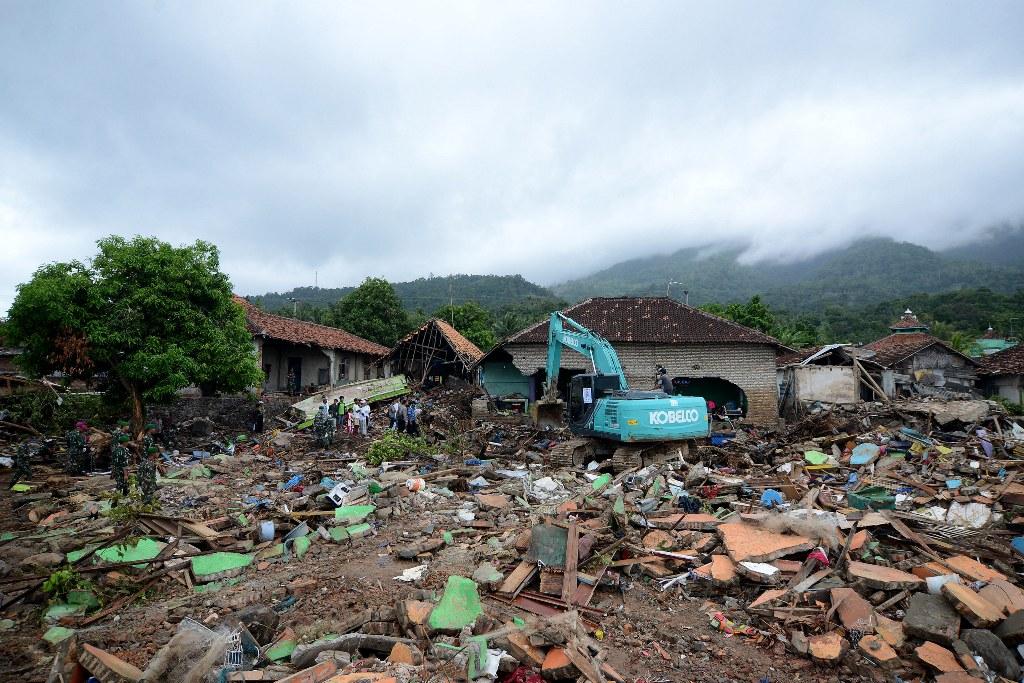Eksavator mencari korban di antara reruntuhan rumah warga di Way Muli, Rajabasa, Lampung Selatan usai terjadi tsunami di Selat Sunda (MI/SUSANTO)