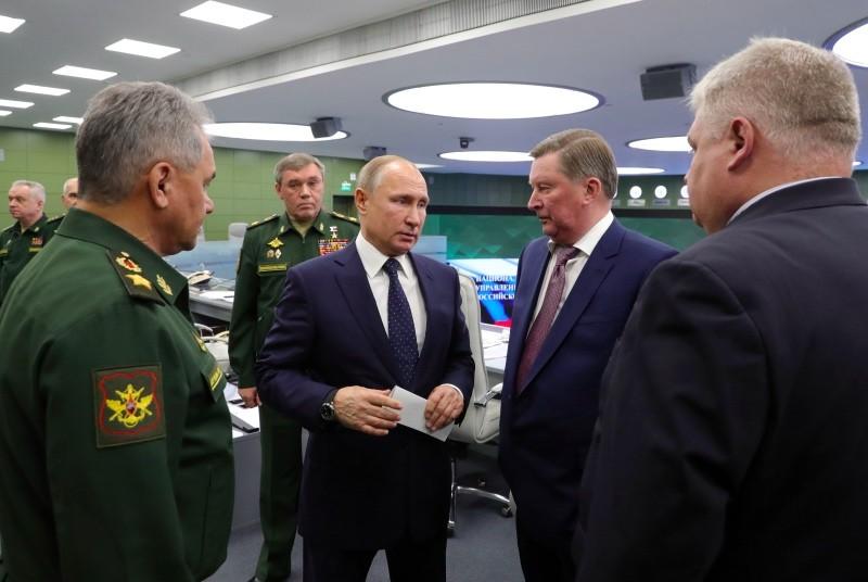 Presiden Rusia Vladimir Putin mengawasi uji coba misil hipersonik terbaru. (Foto: AFP).
