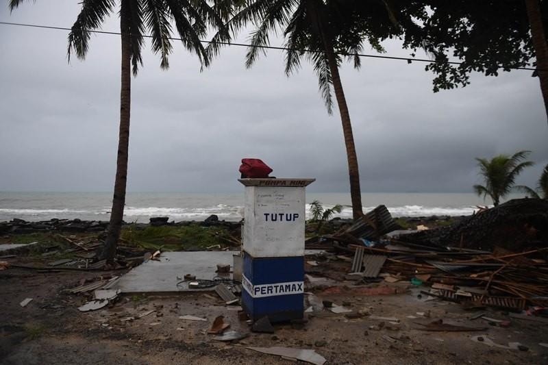 Drum penjual bensin eceran yang tertinggal di lokasi bencana tsunami di kawasan Carita, Banten, Senin (24/12/2018). ANTARA FOTO/Akbar Nugroho Gumay.