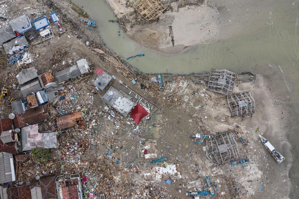 Gelombang tsunami terjadi di Selat Sunda, Provinsi Banten dan Lampung pada Sabtu, 22 Desember 2018 malam sekitar pukul 21.30 WIB. Tsunami mengakibatkan sedikitnya 430 orang tewas, 1.495 luka-luka, 159 hilang, dan 21.991 lainnya mengungsi. Korban tewas ter