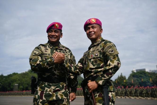 Dankormar Mayjen TNI (Mar) Suhartono (kanan) berjabat tangan dengan pejabat lama Mayjen TNI (Mar) Bambang Suswantono (kiri) saat Upacara Sertijab Komandan Korps Marinir (Dankormar) di Lapangan Kesatrian Marinir Hartono, Cilandak, Jakarta Selatan, Kamis (2