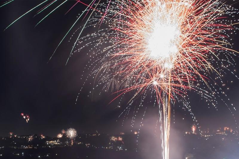 Suasana pesta kembang api malam tahun baru 2018 di Bandung, Jawa Barat, Senin (1/1) dini hari. ANTARA FOTO/M Agung Rajasa.