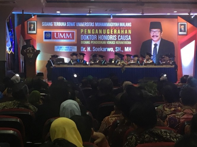 Gubernur Jatim Soekarwo saat dianugrahi gelar Doktor Honoris Causa dari Universitas Muhammadiyah Malang (UMM). (Medcom.id/Amal).