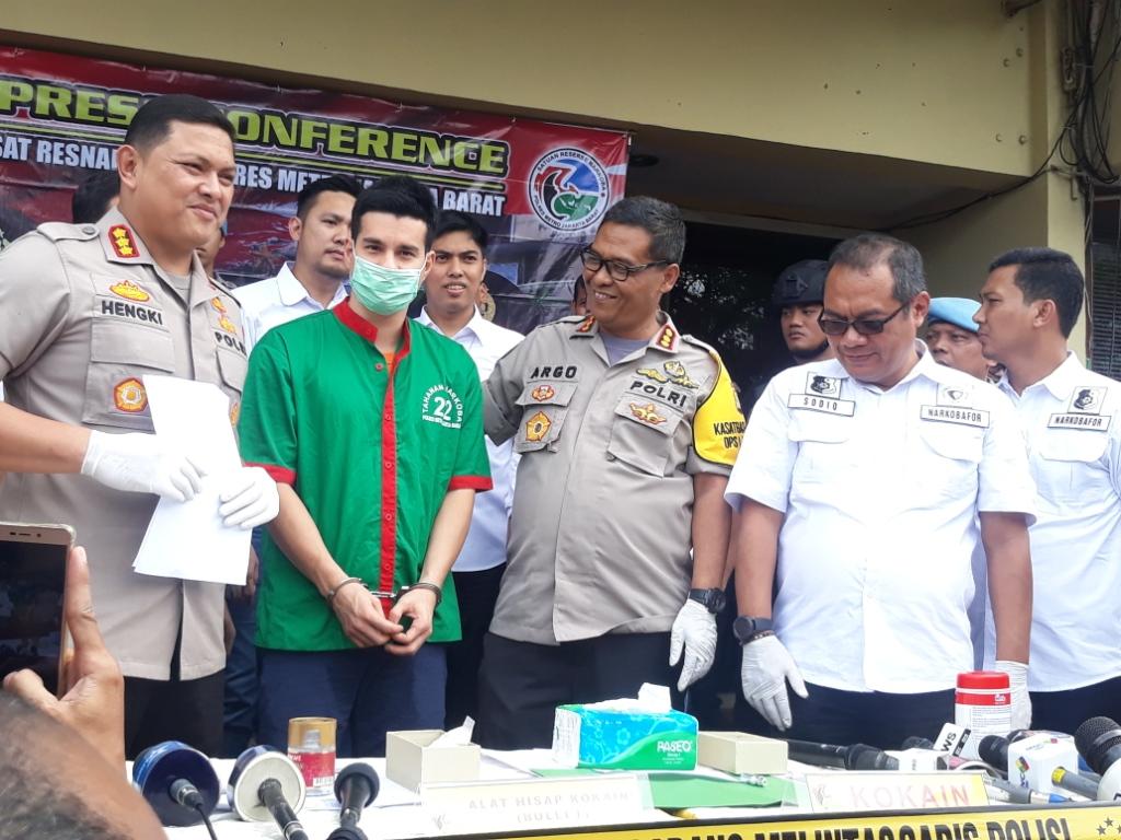 Artis Steve Emmanuel (kedua dari kiri) kedapatan menggunakan narkoba. Foto: Medcom.id/Sunnaholomi Halakrispen.