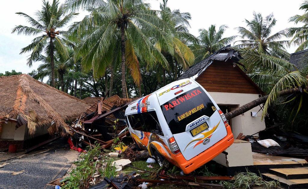Kendaraan yang rusak berat terlihat di Resort Tanjung Lesung, Banten (MI/SUSANTO)