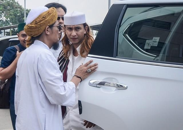 Bahar bin Ali bin Smith (kanan) keluar dari kendaraannya untuk menjalani pemeriksaan perdana di Direktorat Kriminal Umum Polda Jawa Barat, Bandung, Jawa Barat, Selasa (18/12/2018). ANTARA FOTO/Raisan Al Farisi.