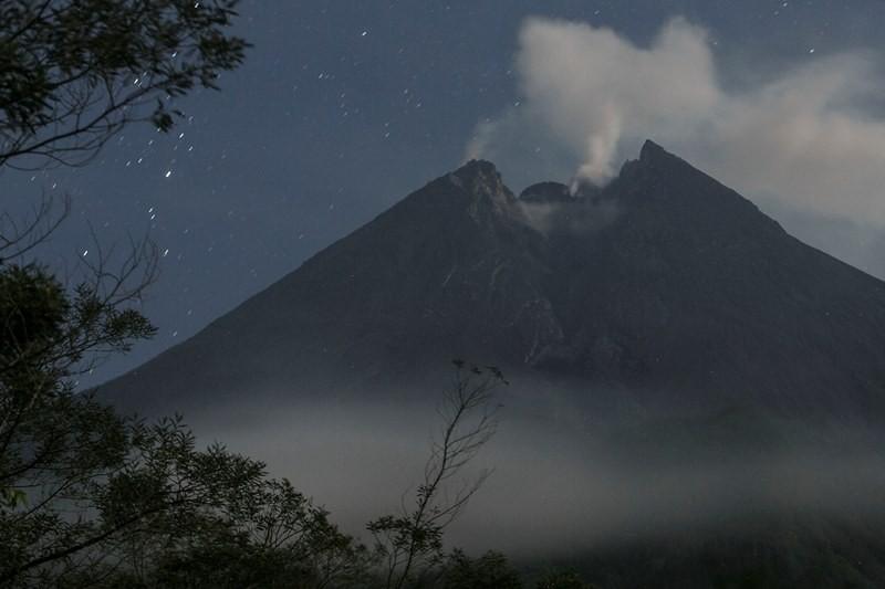 Asap solfatara keluar dari kubah lava Gunung Merapi terlihat dari Balerante, Klaten, Jawa Tengah, Kamis (29/11/2018). ANTARA FOTO/Hendra Nurdiyansyah.