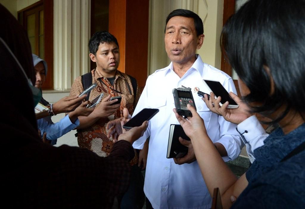 Menko Polhukam Wiranto memberikan keterangan setelah memimpin rapat koordinasi sejumlah menteri dan kepala lembaga negara di kantornya di Jakarta. Foto: MI/Mohamad Irfan.