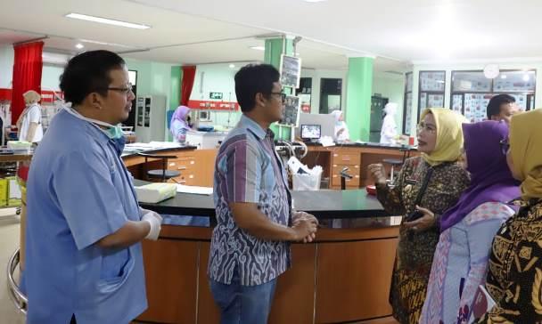Bupati Serang Ratu Tatu Chasanah meninjau penanganan para pasien korban tsunami yang dirawat RSDP. Istimewa