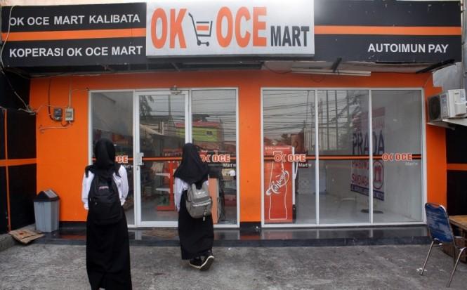 Suasana toko OK OCE Mart yang tampak lengang dan terkunci di Jalan Warung Jati Barat, Kalibata, Jakarta Selatan. Foto: MI/Bary Fathahilah.