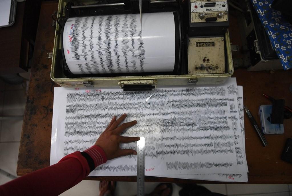 Petugas memeriksa data rekam seismograf pemantau aktivitas Gunung Anak Krakatau (GAK) di Pos Pengamatan GAK Pasauran, Serang, Banten. (Foto: ANTARA/Akbar Nugroho Gumay)