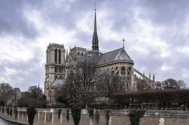 Bangunan yang dirancang arsitek Jules Astruc ini memiliki fasad bergaya neo-romawi dengan dua menara berbentuk segi delapan. AFP Photo/Lucas Barioulet
