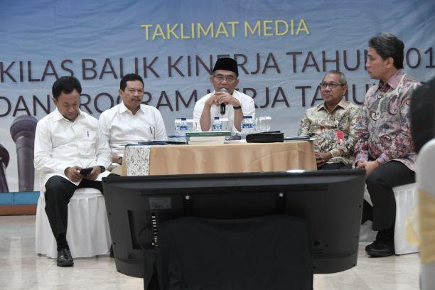 Mendikbud, Muhadjir Effendy (tengah) didampingi para pejabat Kemendikbud saat jumpa pers Kinerja 2018 dan Program Kerja 2019, Kemendikbud/BKLM..