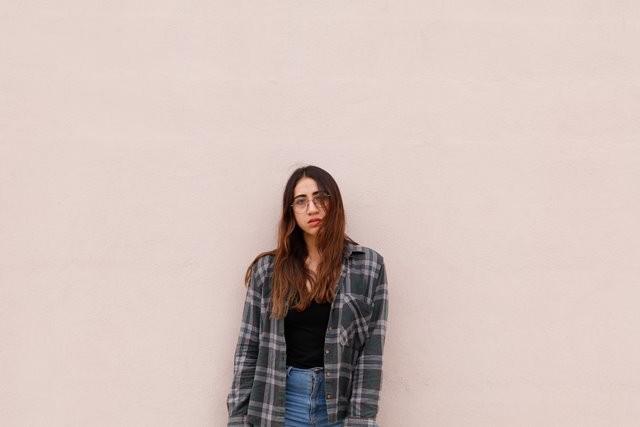 Tren plaid atau pattern kotak-kotak tartan ini jadi salah satu pakaian yang trendi di tahun 2018. (Foto: Faby Pantoja/Unsplash.com)