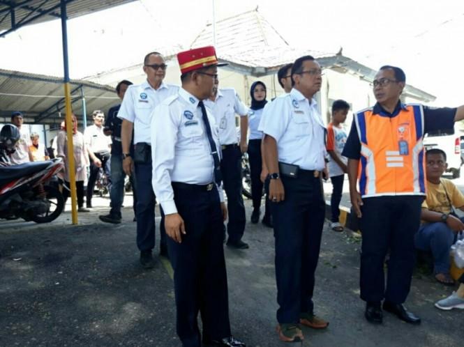 Dirut KAI Edi Sukmoro meninjau perluasan lahan parkir Stasiun Solo Balapan, Kamis, 27 Desember 2018. Attachments area