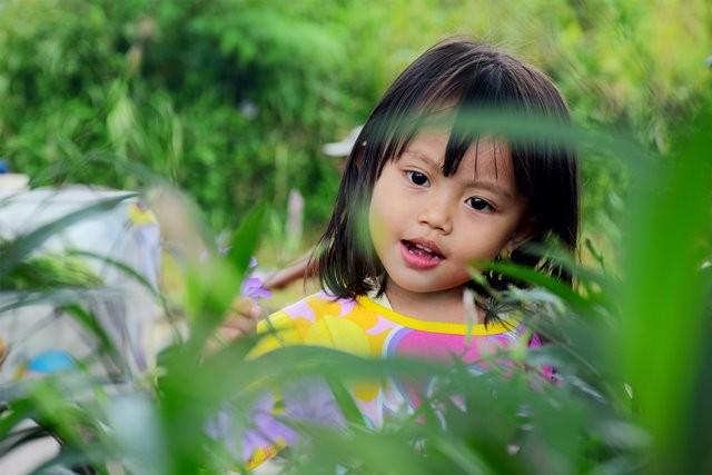 Benarkah anak tunggal lebih mandiri dan kreatif? Simak informasinya berikut ini. (Foto: Nurpalah Dee/Unsplash.com)