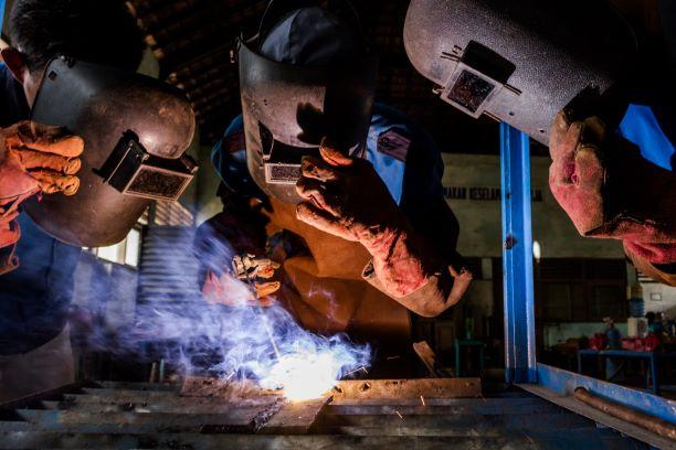 Siswa jurusan Teknik Las melakukan praktikum pengelasan plat besi di SMK N 1 Sayung di Demak, Jawa Tengah, ANT/Aji Styawan.