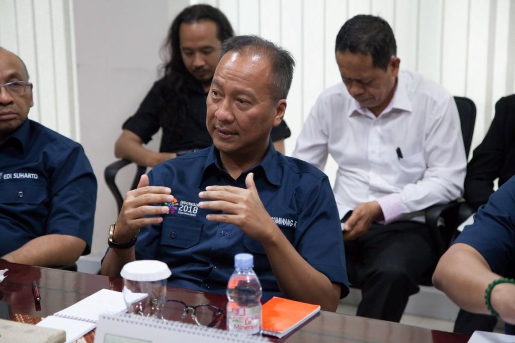 Menteri Sosial Agus Gumiwang (tengah) saat berbincang-berbincang di Kantor Media Group, Kedoya, Jakarta. Foto: MI/Permana.