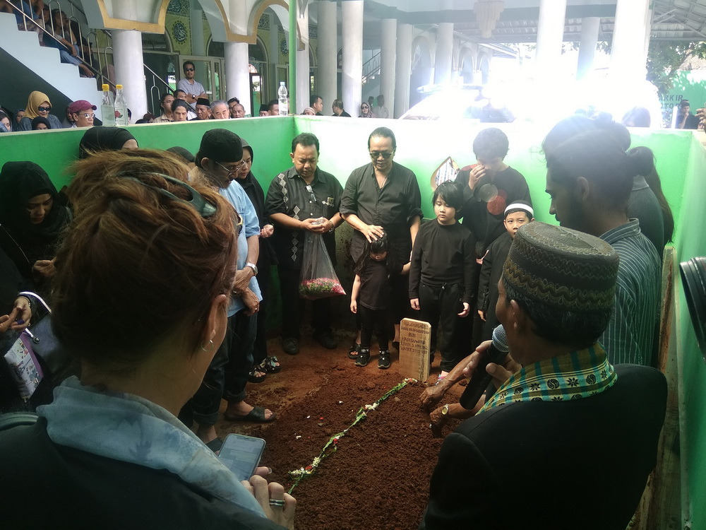 Suasana pemakaman Dian Pramana Poetra di Tanah Wakaf Masjid Raya Ibadur Rahman Raya, Kelapa Dua Wetan, Jakarta Timur, Jumat, 28 Desember 2018. (Foto: Medcom.id/Cecylia Rura)