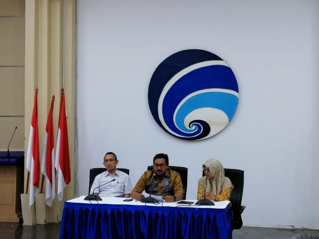 Ketua Badan Regulasi Telekomunikasi Indonesia/Dirjen Sumber Daya dan Perangkat Pos dan Informatika, Ismail (tengah).