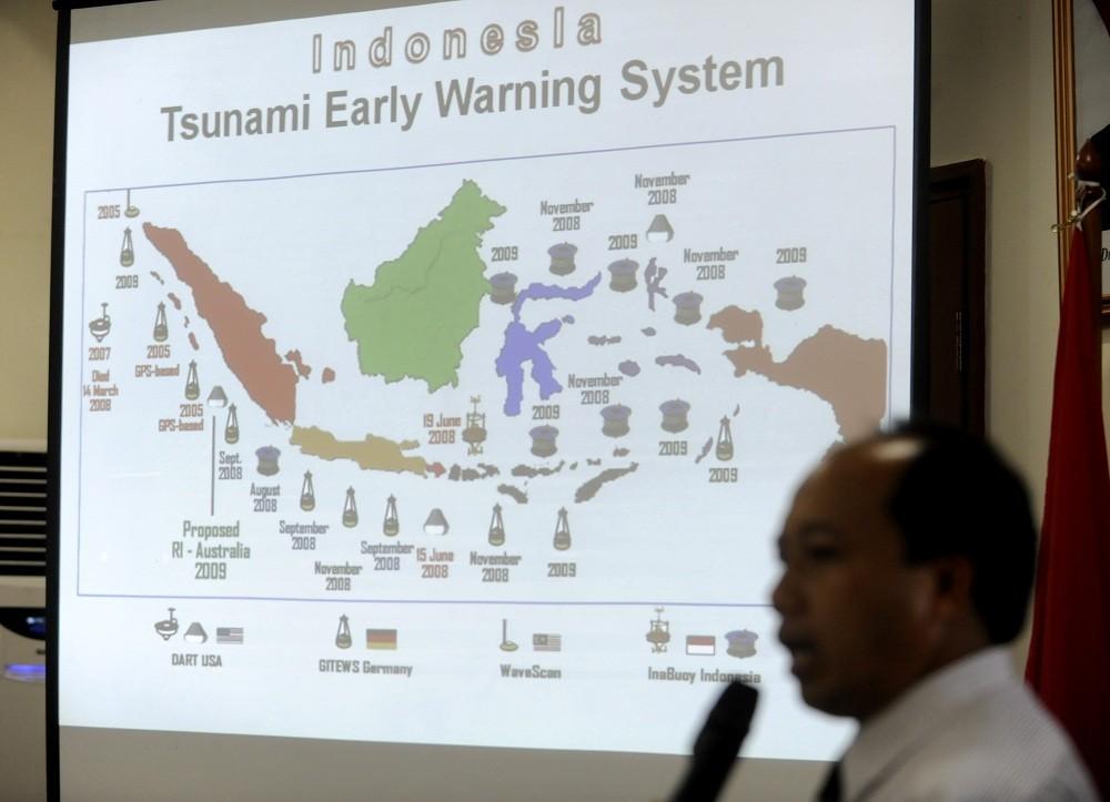 Sutopo Purwo Nugrhoho memberikan keterangan pers seputar penanganan bencana alam tsunami Mentawai di Jakarta, Senin (1/11). FOTO ANTARA/Andika Wahyu.