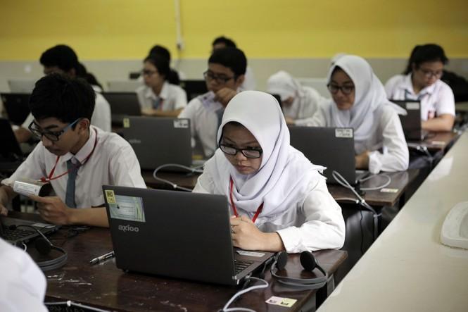 Siswa SMA tengah mengikuti ujian sekolah.