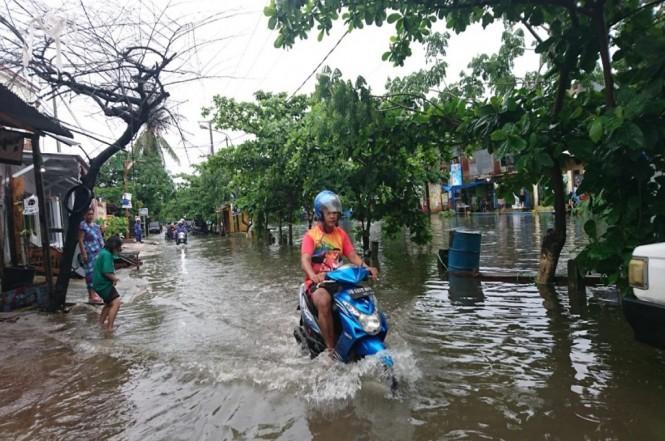 Pengendara melintasi area banjir di Makassar, Jumat, 28 Desember 2018, MI - Lina Herlina