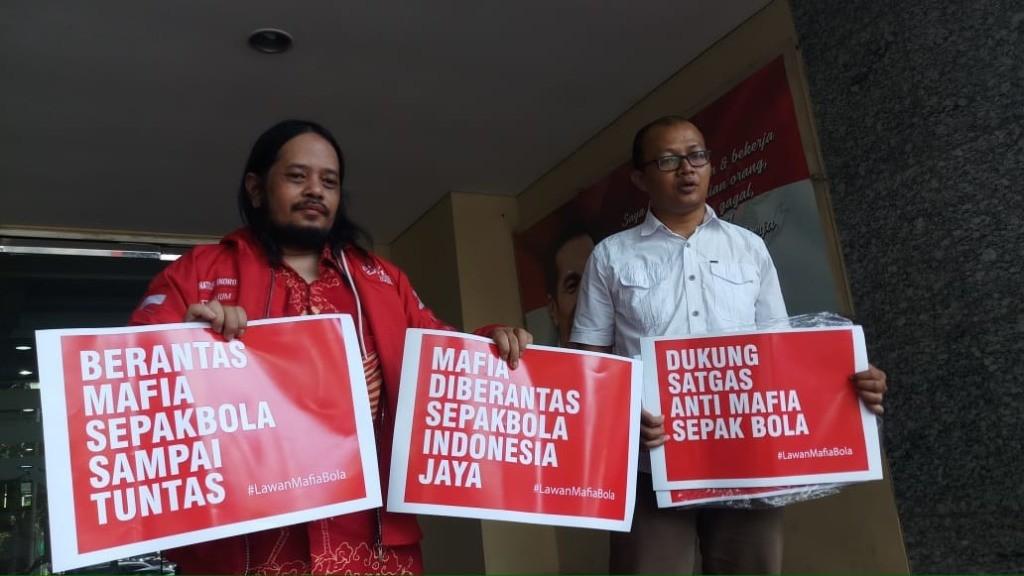 Aktivis antikorupsi Emerson Yuntho (kanan) didampingi ketua Paguyuban Suporter Timnas Indonesia Ignatius Indro mendatangi Mapolda untuk memberikan dukungan terhadap kinerja Satgas Antimafia Bola memberantas kasus pengaturan skor di sepak bola Indonesia (F