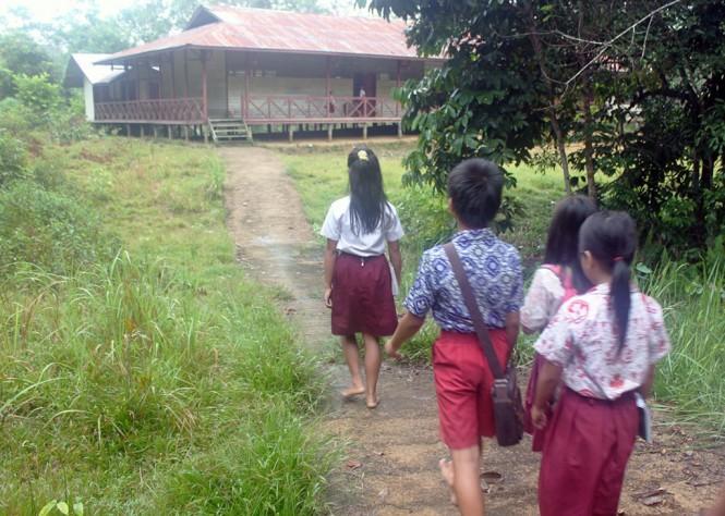 Siswa SD sedang berjalan menuju sekolahnya, MI/Aries Munandar.