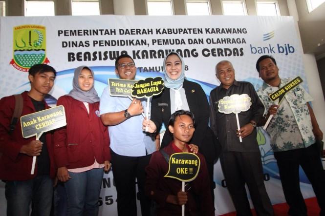 ?Pemkab Karawang-BJB Salurkan Ribuan Beasiswa. (FOTO: BJB)
