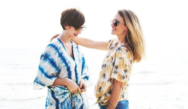 Dalam survei ZAP Beauty Index ditemukan teman punya pengaruh yang cukup besar untuk meyakinkan seseorang akhirnya membeli produk kecantikan. (Foto: Rawpixel/Unsplash.com)